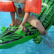 Kind in Schwimmbad (Illustration): Polizei ermittelt gegen Eltern Foto: picture alliance/dpa