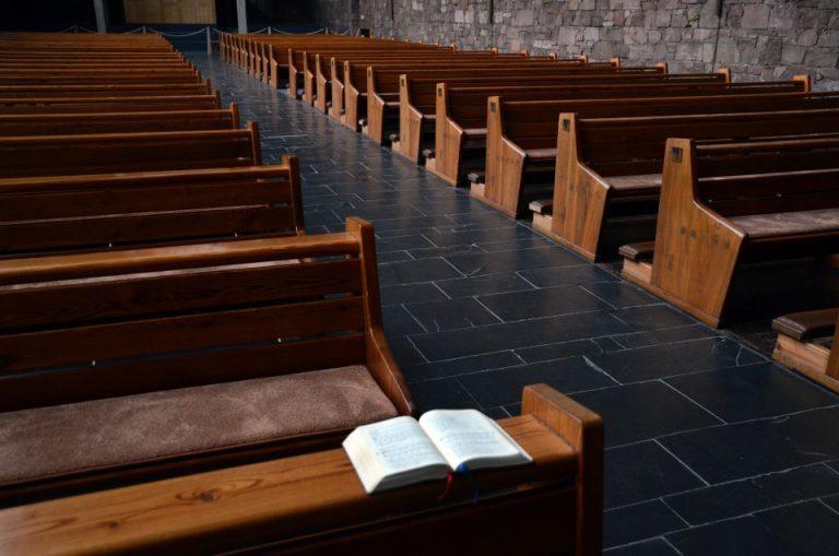 Leere Kirchenbänke (Symbolbild)