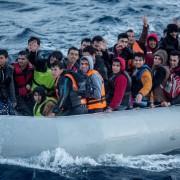 Flüchtlingsboot auf dem Mittelmeer: IS steigt in Schleppergeschäft ein Foto: picture alliance/dpa