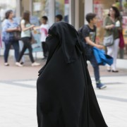 Nikab-Trägerin in Bonn: Bald schon auf Schulhöfen? Foto: picture alliance/Ulrich Baumgarten