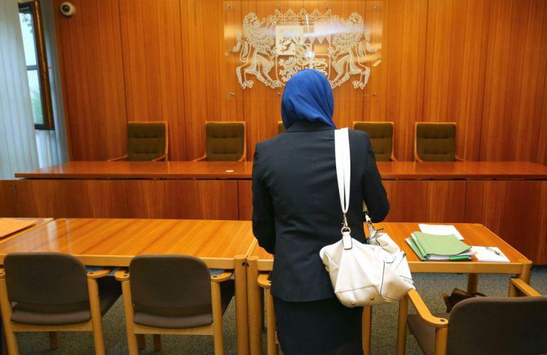 Moslemin während Kopftuch-Verhandlung