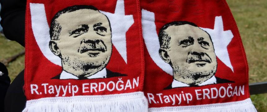 Erdogan-Schal: Türkisches Spitzelheer in Deutschland Foto: picture alliance/dpa