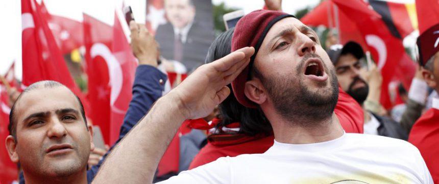Erdogan-Fans: Was hält euch in Deutschland? Foto:     picture alliance/Geisler-Fotopress