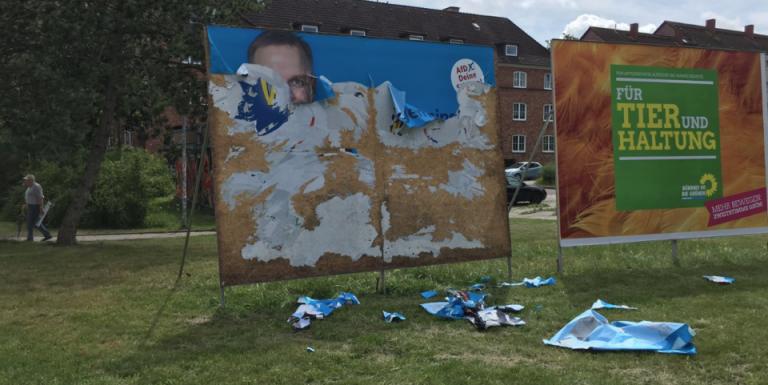 Zerstörtes AfD-Plakat in Rostock