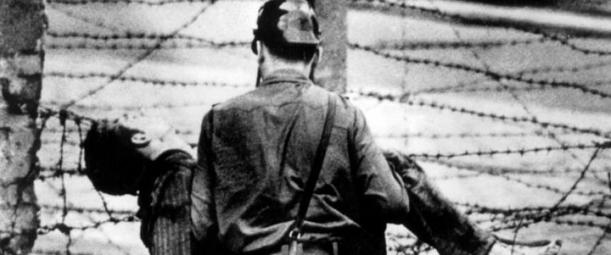 17. August 1962: Ein Grenzsoldat birgt die Leiche des an der Mauer erschossenen Peter Fechter Foto: picture-alliance / United Archives/TopFoto