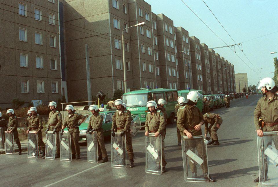 Polizei im Herbst 1991 in Ausschreitungen in Hoyerswerda