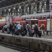 Bahnhof: Jugendliche bei der Abreise Foto: picture alliance/chromorange