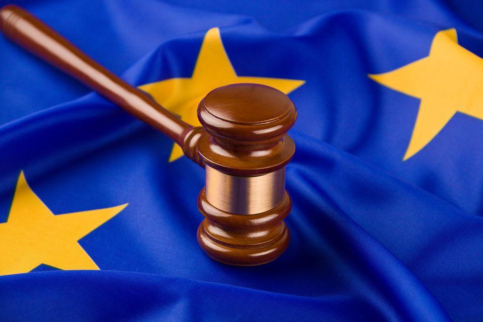 Richterhammer auf EU-Flagge