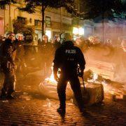 Polizei (Archivbild): Im Hamburger Schanzenviertel brennen Gegenstände Foto: dpa