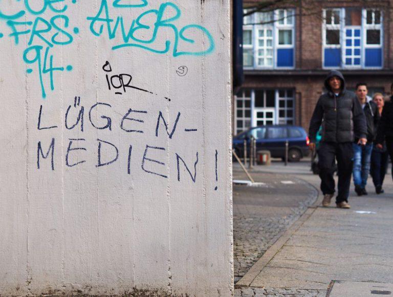 """Lügen-Medien!""-Schriftzug"