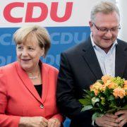 Angela Merkel mit CDU-Landeschef Frank Henkel bei der Analyse des Berliner Wahldebakels Foto:   picture alliance / dpa