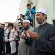 Moschee in Dresden: Moslems beten nach Sprengstoffanschlag Foto: dpa
