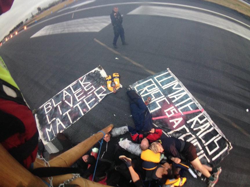 Weiße Demonstranten auf dem Flugfeld