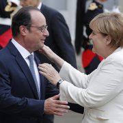 Zusammen bereitete man sich heute auf den EU-Gipfel vor: Francois Hollande begrüßt Angela Merkel (CDU) in Paris  Foto: picture alliance / dpa
