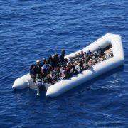 Afrikanische Einwanderer auf einem Schlauchboot im Mittelmeer Foto: picture alliance / dpa