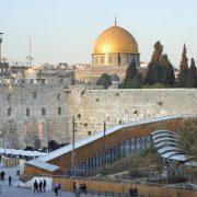 So, als ob die Pyramiden nichts mit Ägypten zu tun hätten: Der Tempelberg in Jerusalem mit Klagemauer und Felsendom Foto: picture alliance / Photoshot