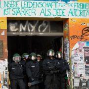 Razzia (Archivbild): Polizei durchsucht linksextremen Szenetreff Rigaer 94 in Berlin Foto: dpa