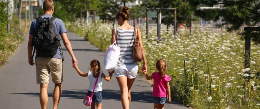 Familie im Park: Liebe erzeugt die Eigenschaften, die Wirtschaft und Gesellschaft brauchen Foto: picture alliance