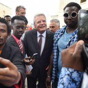 Bundespräsident Joachim Gauck besucht ein Asylsucherzentrum auf Malta Foto: picture alliance / dpa