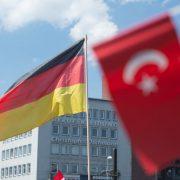 Deutsche und türkische Fahne Foto: dpa