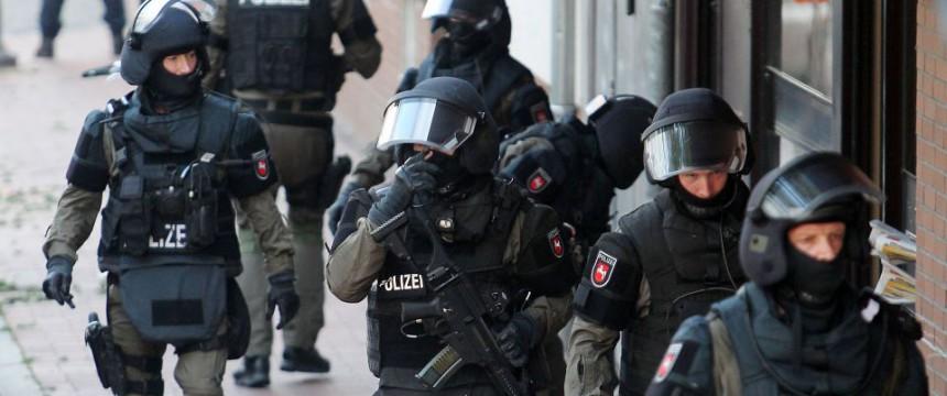 Sondereinsatzommando (Symbolbild) : Razzien in fünf Bundesländern wegen Terrorverdachts Foto: picture alliance / dpa