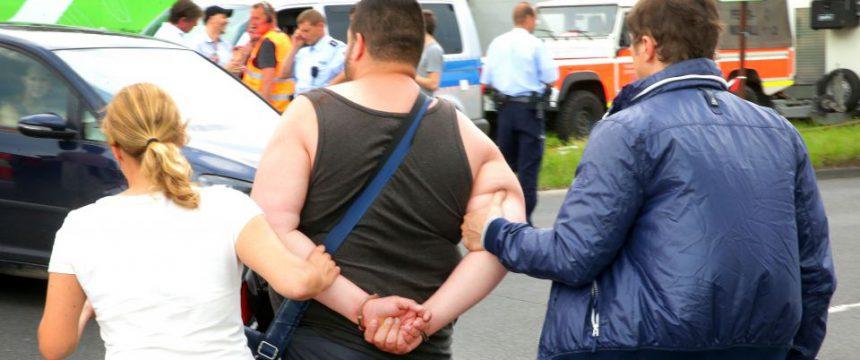 Der mutmaßliche Rädelsführer der Brandstiftung bei seiner Verhaftung Foto: picture alliance/dpa