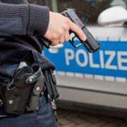 Polizist mit gezogener Dienstwaffe (Symbolbild) Foto: picture alliance / dpa