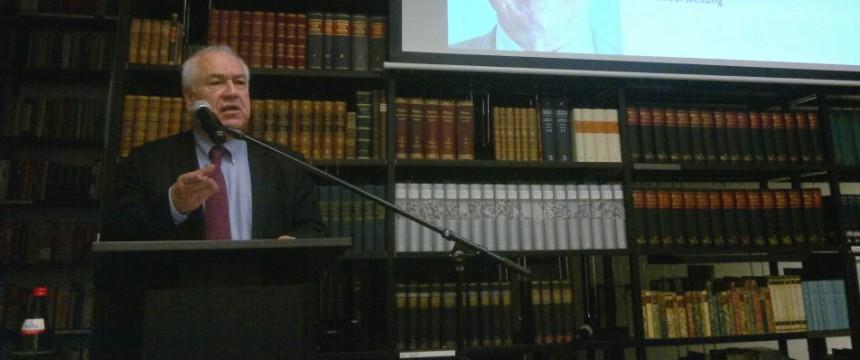 Bassam Tibi in der Bibliothek des Konservatismus: Es wird keine schnelle Lösung des Syrienkonfliktes geben Foto: JF/FA