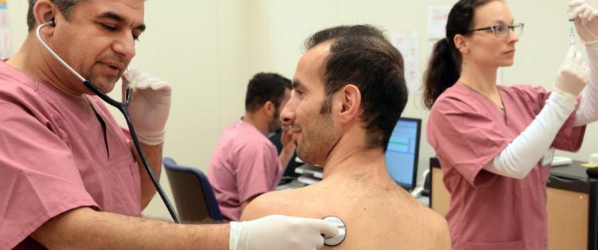 Medizinische Untersuchung (Symbolbild): 951 Asylwerber wurden als Erwachsene entlarvt picture alliance / ZB