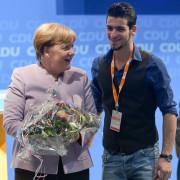 Bundeskanzlerin Angela Merkel auf einer Regionalkonferenz der CDU mit dem dem Asylsuchenden Mohamad Hussam aus Aleppo Foto: picture alliance / Axel Heimken / dpa
