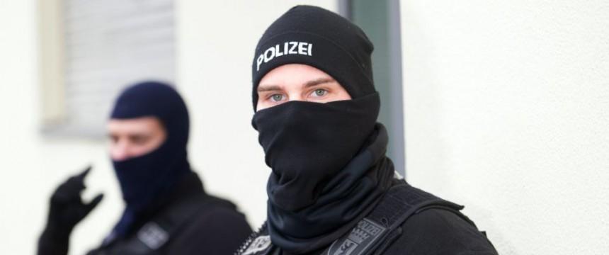"""Polizisten gehen in Berlin gegen das Islamisten-Netzwerk """"Die wahre Religion"""" Foto: picture alliance/dpa"""