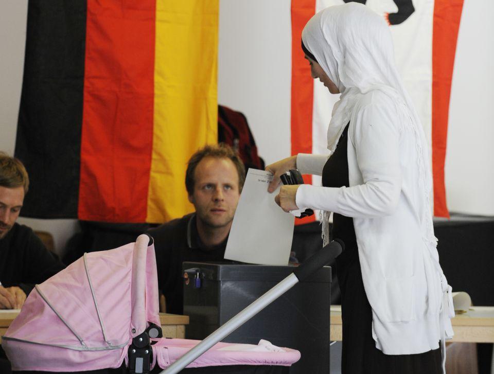 Frau mit Kopftuch bei Stimmenabgabe