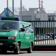 Abschiebung (Archivbild): Polizei bringt abgelehnte Asylbewerber zum Rostocker Flughafen Foto: dpa