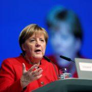 """Angela Merkel auf dem Bundesparteitag: """"Ihr müßt mir helfen."""" Foto: picture alliance / abaca"""