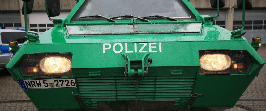 Kölner Polizei präsentiert gepanzertes Fahrzeug für Silvesterfeier Foto: picture alliance / Oliver Berg / dpa