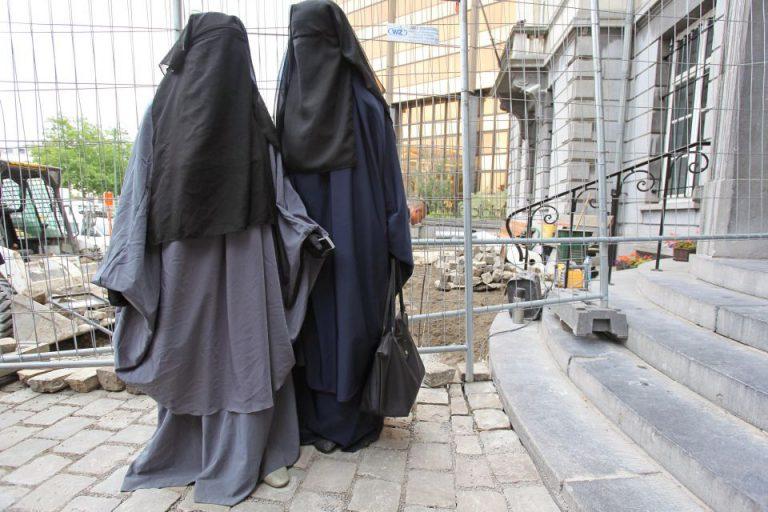 Zwei Menschen tragen Burka