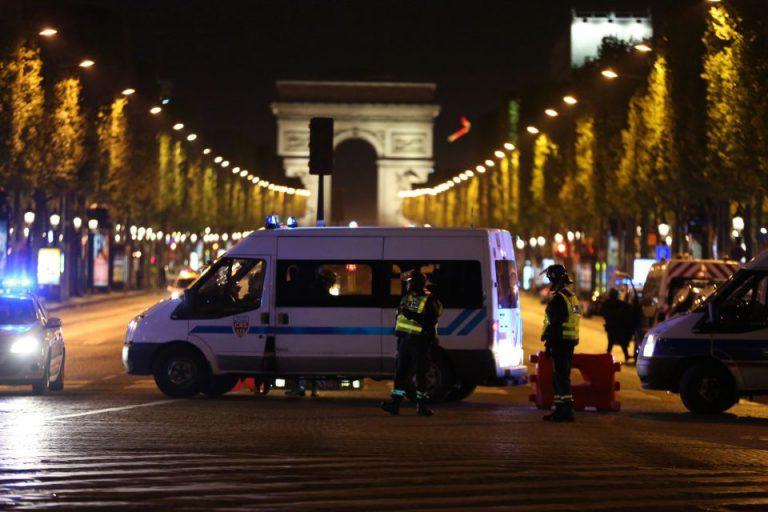 Pariser Polizisten riegeln Tatort ab