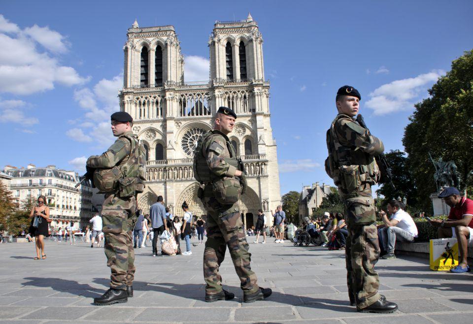 Soldaten vor Notre Dame De Paris