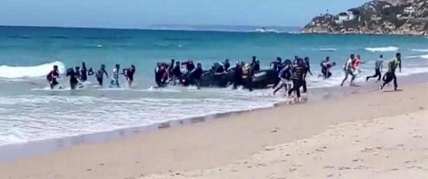 Illegale Einwanderer Stürmen Spanischen Strand