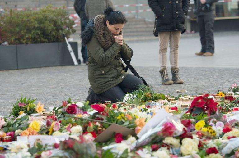 Frau kniet am Breitscheidplatz