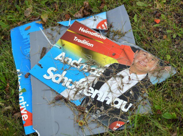 Zerstörtes AfD-Plakat in Brandenburg