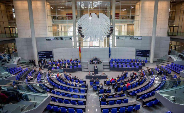 Der Plenarsaal des Deutschen Bundestags: Die Große Koalition hat die Summe der geplanten Neuverschuldung in ihrem Etatentwurf auf 180 Milliarden erhöht