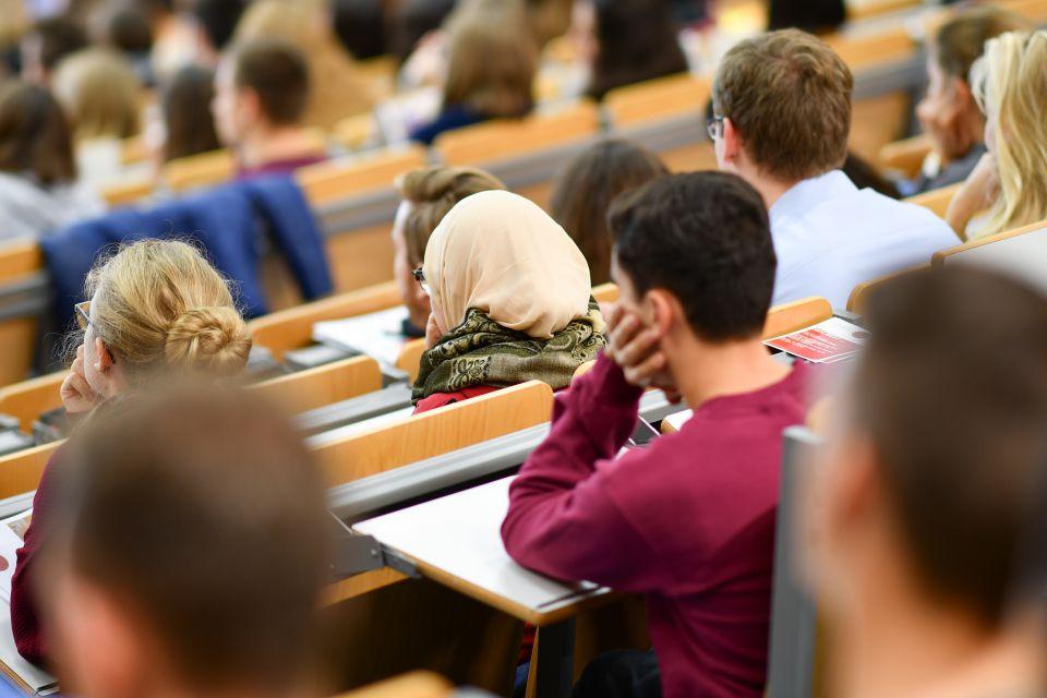 Studentin mit Kopftuch