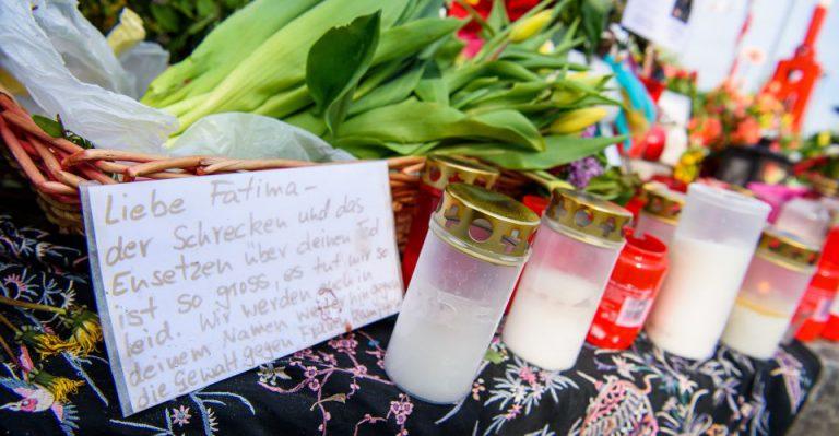 Blumen und Kerzen am Tatort in Prien