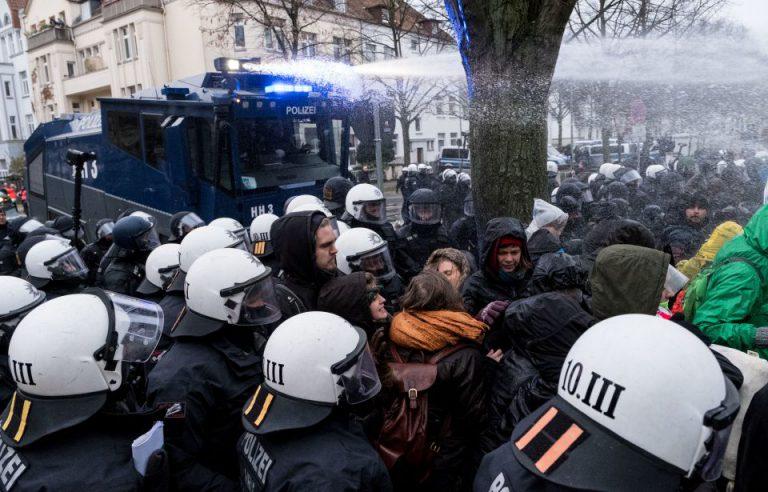 Wasserwerfer-Einsatz bei AfD-Parteitag in Hannover