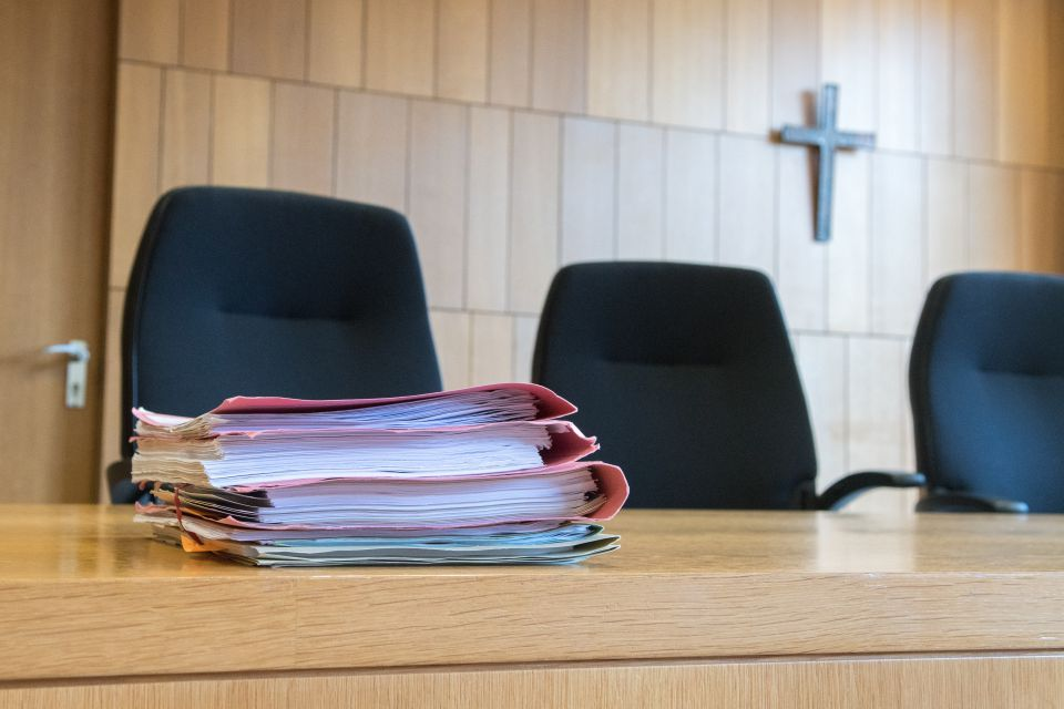 Kreuz in Gerichtssaal