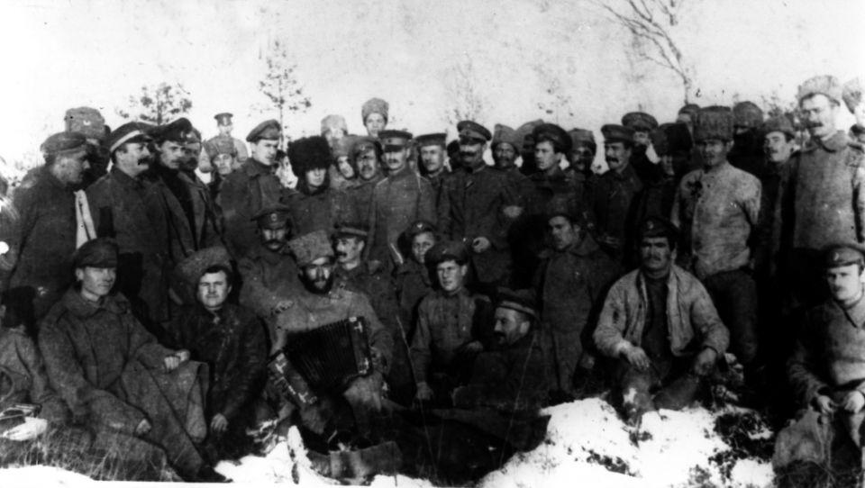 Verbrüderung deutscher und russischer Soldaten an der Front im Dezember 1917.