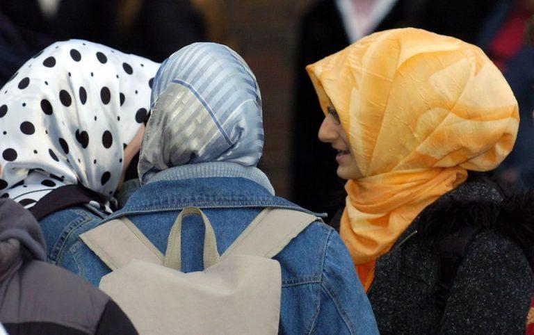 Schülerinnen mit Kopftuch
