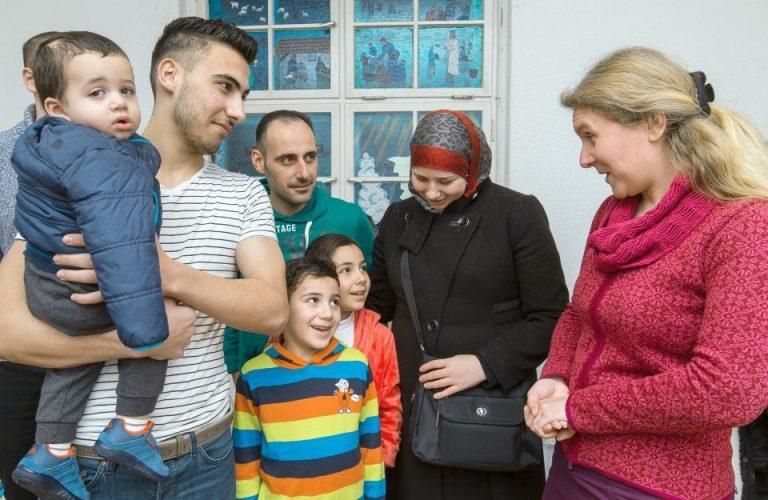 Pfarrerin mit syrischer Familie