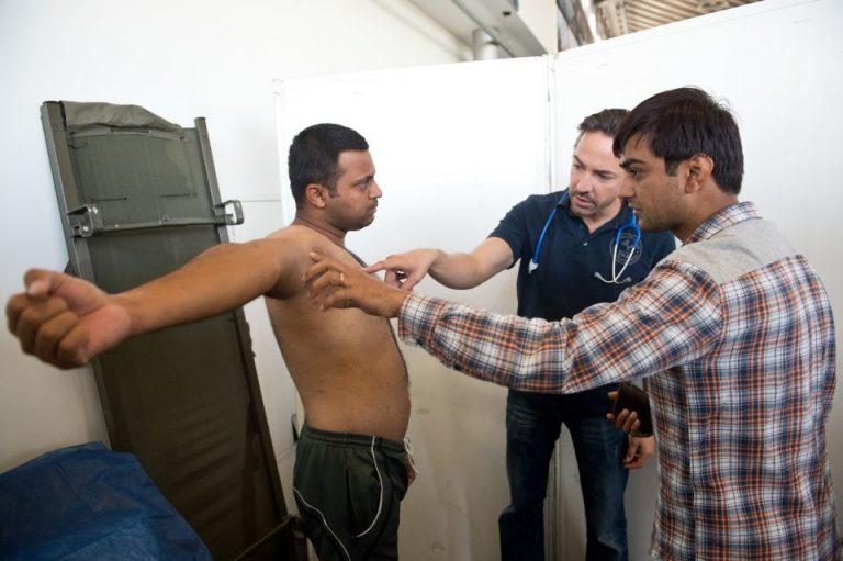 Flüchtling mit Arzt und Dolmetscher